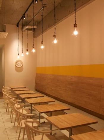 20席ほどのこじんまりとしたお店ですが、明るく洗練された雰囲気です。