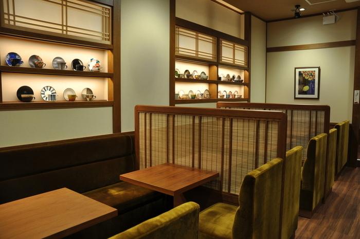 落ち着いた雰囲気の店内には、素敵な和食器がディスプレイされています。