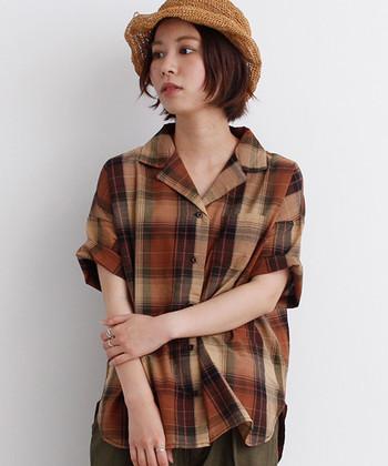 アースカラーのチェック柄は、普段の着こなしに取り入れやすい一枚。同系色でコーディネートして、ナチュラルなストローハットとよく合います。