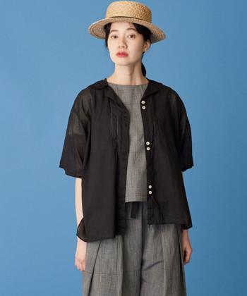 グレーのセットアップに、透け感のある黒い開襟シャツをさらりと羽織った大人っぽい着こなし。モノトーンですっきりとまとめて、開襟シャツの可愛らしさが際立ちます。