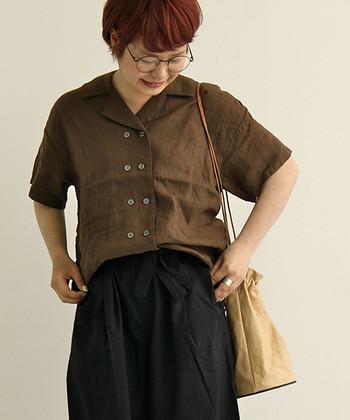 こちらのアースカラーの開襟シャツは、ボタンが2つ並んで可愛らしい雰囲気。ゆったりパンツに合わせてボーイッシュに。