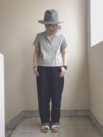 きれいなグレーの開襟シャツにデニム&サンダルに合わせたボーイッシュな着こなし。ごつめの時計やハットで、とことん男の子っぽく。