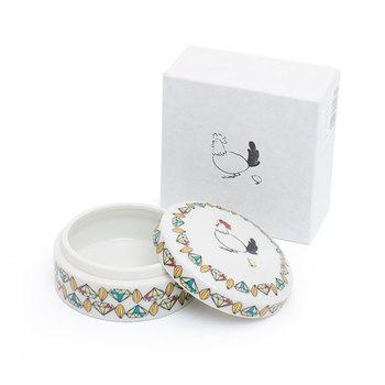 ヨーロッパでは、誕生日や結婚式などのお祝いの場で、砂糖菓子を添える時にボンボニエールが使われてきました。