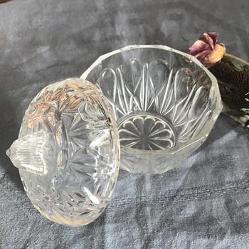 フランスのアンティークのボンボニエール。カットガラスがきれいで、中身が透けて見えるので鮮やかな色のキャンディーを入れるのにぴったり。