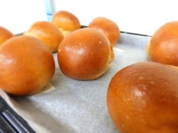 大豆粉、グルテン粉、おから粉を使って作る、低糖質パンのレシピです。普通の丸パンは焼くときに表面に卵黄を塗りますが、大豆粉を使ったパンは焼き色がしっかりつくので必要ありません。