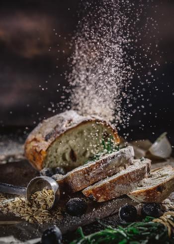 低糖質のパンとは、糖質が高い精製された小麦粉の量が少ないパンのこと。小麦粉の代わりに大豆粉を使うと、糖質がグッと抑えられます。全粒粉・ふすま・ライ麦・玄米などが含まれたパンも、糖質は小麦粉とあまり変わらないものの、食物繊維が豊富で血糖値が上がりにくいので体に優しいパンです。