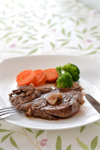 牛肉の旨味をダイレクトに感じることができるステーキ。やわらかく仕上げるには、下ごしらえがポイントです。カットしたキウイフルーツと塩をもみ込むことで、やわらかいステーキを食べることができますよ◎