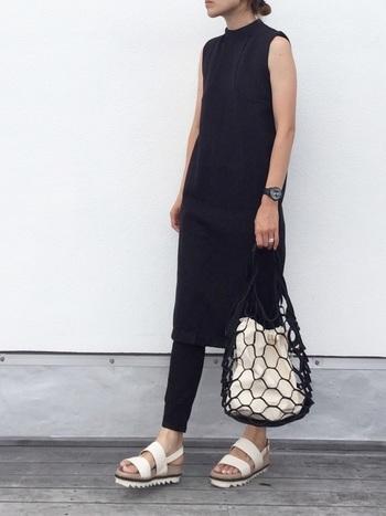 今年注目のワンピース×パンツのレイヤードスタイルも、オールブラックで統一するとすっきりとまとまります。重くならないように、白サンダルや編みバッグで夏らしい爽やかさをプラスするのがポイントです。