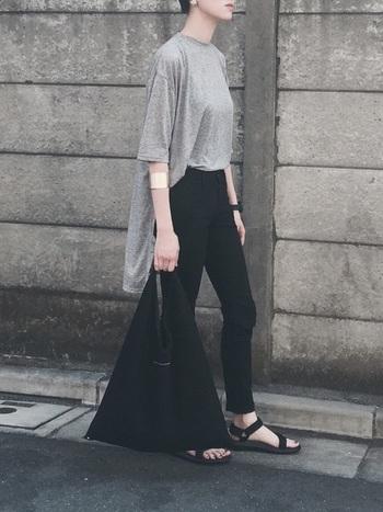 室内と外との温度差が激しい夏は、カーディガンを一枚羽織ったスタイルが便利。Tシャツとカーディガンの素材と色を揃えてセットアップのように見せると、上品ですっきりとした印象に。