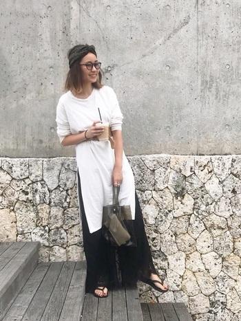 大胆なサイドスリット入りのTシャツワンピースに黒のワイドパンツを合わせた大人リラックスなスタイリング。透け感のある素材やサンダルで夏らしさを演出しましょう。