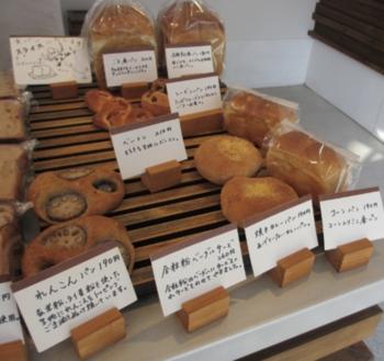 様々な種類のパンが並べられています。手書きで書かれた商品札を見ていると「行き届いたサービスがしたい」という店主さんの温かい思いが伝わってきます*商品一つ一つのパンの説明が書かれていると選ぶときも安心ですね!