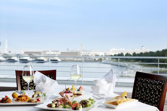こちらの2階にあるイタリア料理「ラ ヴェラ」はイタリアンのランチビュッフェが頂けるレストラン。店内は全面ガラス張りでみなとみらいの観覧車や横浜港を眺めがらランチをいただく事ができます。