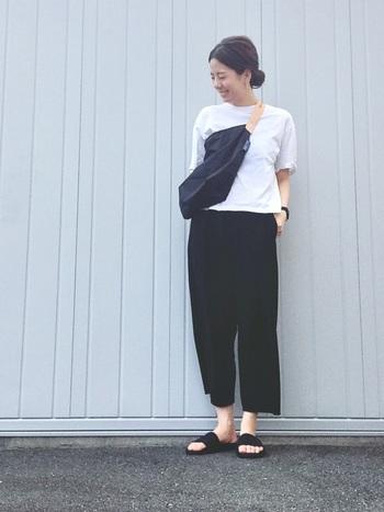 ベーシックアイテムの代表格「黒パンツ」は、夏でも大活躍!カジュアルなTシャツはもちろん、キレイめワンピースとの重ね着など様々なスタイルとマッチします。