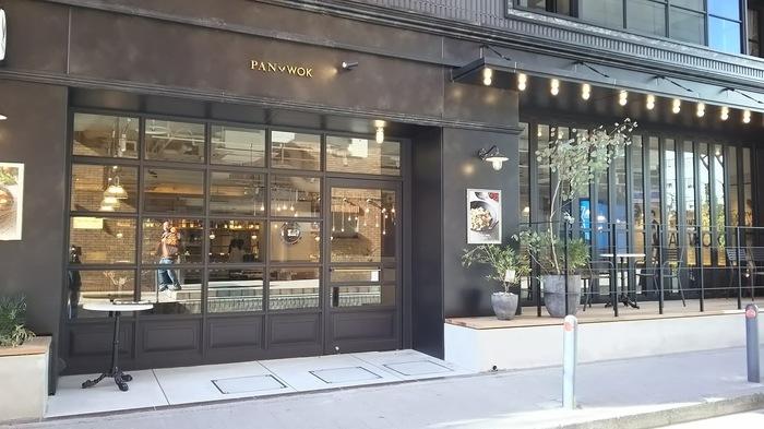 横浜駅西口から徒歩約2分のNYスタイルのおしゃれなホテル「HOTEL THE KNOT YOKOHAMA」。こちらの1階にあるのがレストラン「PANWOK」です。