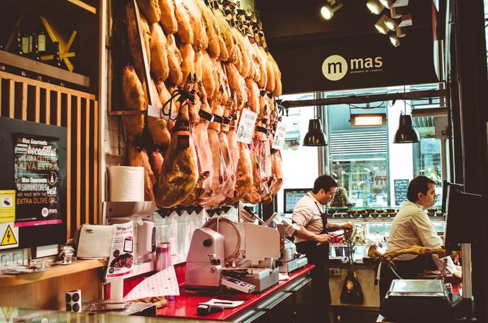 スーパーや精肉店には、和牛・国産牛・輸入牛の3 種類の牛肉が売られています。さらにその中でも品種や基準などで種類が分かれており、上質な牛肉はシンプルな調理法でも旨味を楽しむ事ができます。