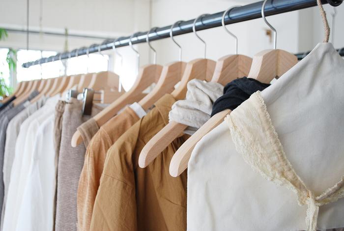 クローゼットづくりをはじめる前に、仕舞ってあるお洋服をきちんと把握することからはじめましょう。どんな洋服をどれくらい持っているかチェックして、取り入れられそうなものから、はじめてみてくださいね。