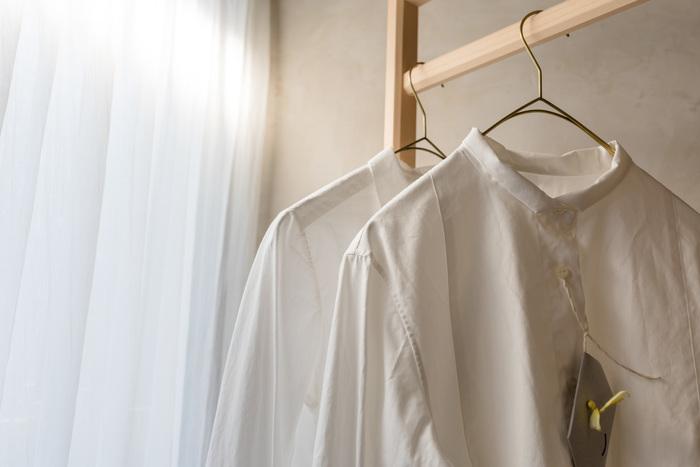 例えばベーシックな白のシャツも襟のデザインが違ったり、コットンやリネンなどの素材を変えて数点持つと、いつものコーディネートに変化もつけられて、着こなしの幅も広がります。