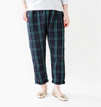 夏のシンプルな着こなしに、リネンの柄物パンツで程よいアクセントを加えてみませんか。ナチュラルな風合いはそのままに、さり気ない主張が心地よい一本です。