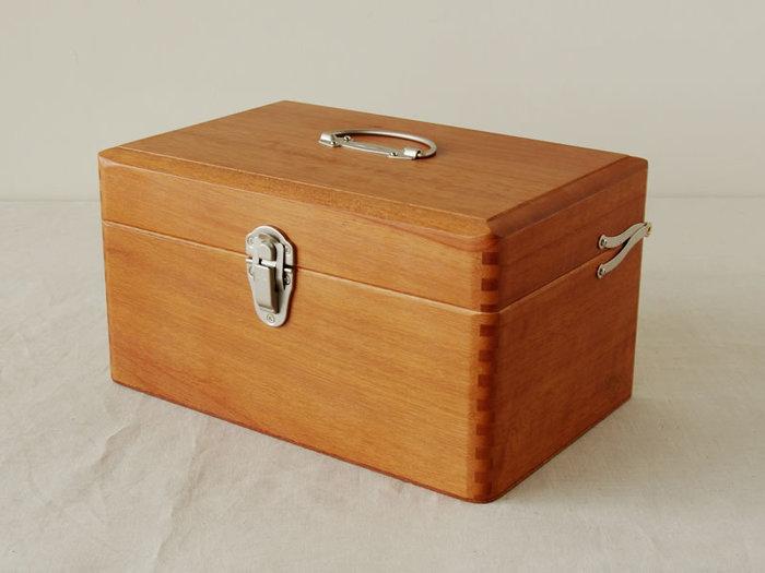 温もりあるナトー材を使用した木の風合いが素敵な四角いボックスタイプの救急箱は、レトロな留め金がどこか懐かしく、シンプルながら落ち着くデザインに仕上がっており、飽きずに永く愛用できます。