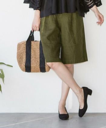 """膝が出るショートパンツは、夏がお似合い。ミニ丈スカートを敬遠しがりな""""大人の女性""""も、ナチュラルなリネン素材でヘルシーに楽しんでみませんか。"""