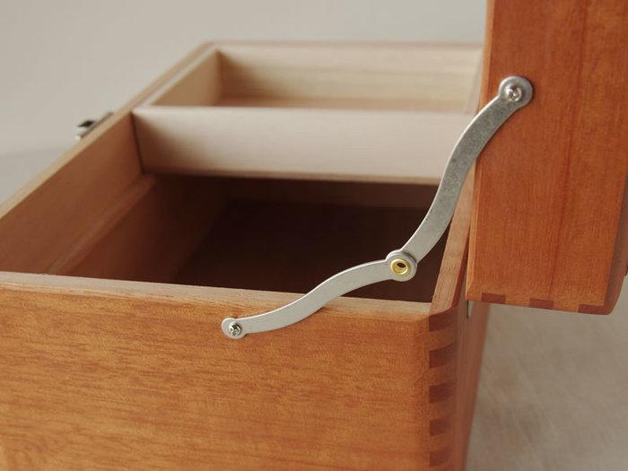 他にも取り外しが可能なトレーがついており、小物を収納しておくのに重宝します。また、開閉も開閉金具が付いているため、蓋が開きすぎるのを防いでくれて、使い勝手ももちろん◎。