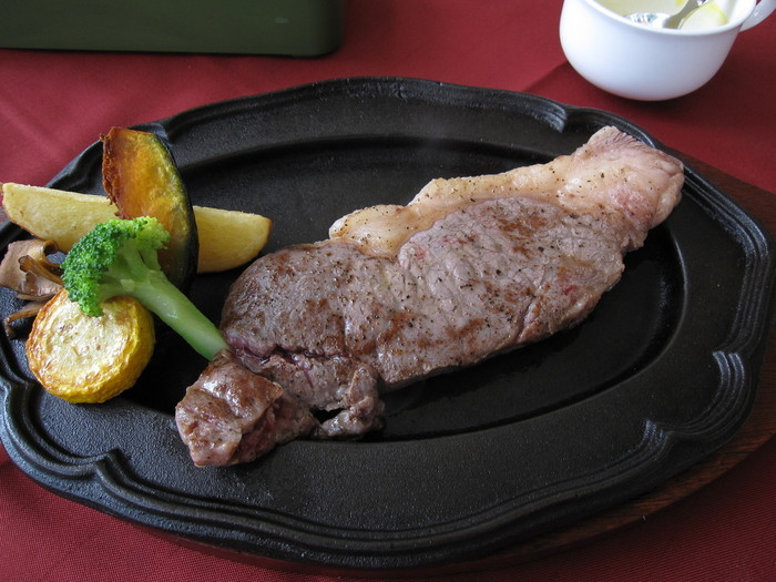 「びえい和牛をもっと堪能したい!」という方には「びえい和牛のサーロインステーキ」もおすすめです。ジューシーでやわらかいお肉の旨みを思う存分堪能してみませんか。