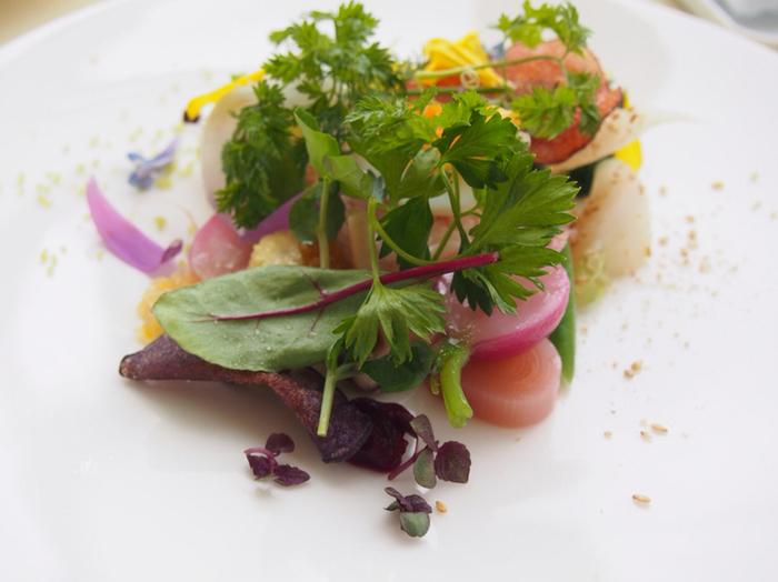 20種類の野菜を使った盛り合わせ「美瑛の畑」。ボリュームはもちろんのこと、見た目の美しさは、まるで絵画のようです。