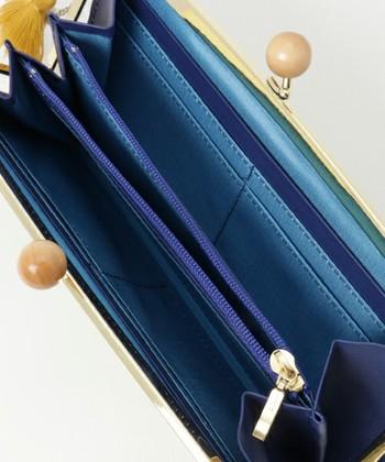 薄型ですが大きく開いて出し入れしやすいのもポイント。内側のブルーカラーも2色使いで、開いたときのオシャレ感がうれしいデザインです。