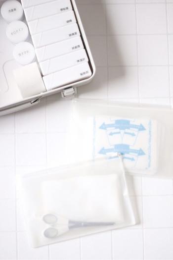 クリアタイプのファスナー付きの小さなケースに、小物を入れておけば、開けた瞬間に分かりやすく取り出しやすさももちろん◎。