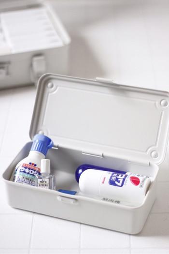 さらに、よく使う小物類を小さなボックスに入れて、中に入れておけば、取り出しやすいだけでなく、旅行の際などボックスごと持って行けてとっても便利。