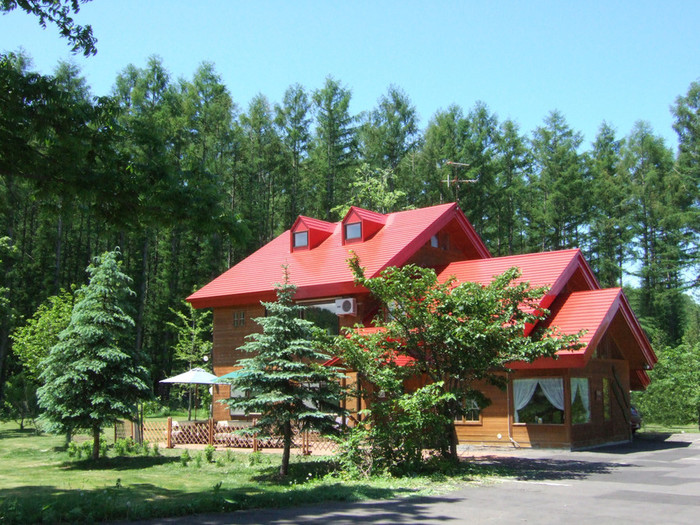 美瑛町屈指の景勝地「青い池」から車でわずか5分の位置にある歩人(ホビット)は、赤い屋根が可愛らしいログハウス調のレストランです。