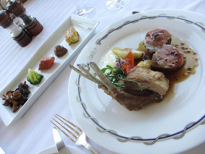 こちらは、ある日のランチコースのメインディッシュ「仔羊のロースト」。老舗でいただく濃厚かつ爽やかな味わいのソースとやわらかジューシーな仔羊のお味は忘れられない一皿になります。