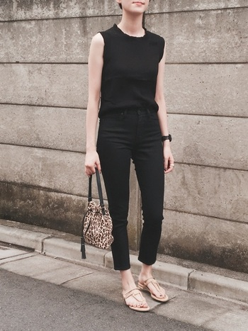 黒トップス×黒パンツのワントーンの組み合わせは、オールインワンのような着こなしに。足元はベージュのサンダルでヌーディーに大人っぽく。黒は肌の色とのコントラストが強調されるので、ラインが美しいものを選ぶのがポイントです。