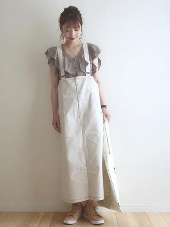 フリルの綺麗なブラウスのコーデに、スカートと同色のトートを。統一感・清潔感ともに抜群!