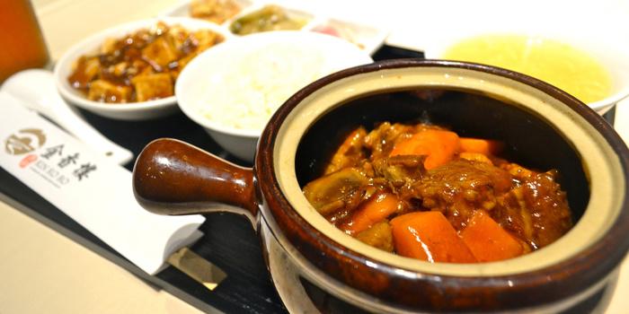こちらのオススメランチは豚バラの特製タレ壺煮。麻婆豆腐やスープ、小鉢もついてとってもお得。中華街は見所満載でいつもよりたくさん歩くと思うのでここでバッチリ腹ごしらえして出かけちゃいましょう!
