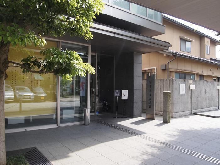 金沢駅から「室生犀星記念館」まではバスで行くことができます。バス停「片町」で下車したら徒歩6分ほどで到着です。この記念館は2002年に室生犀星の生家跡であるこの地に開館。開館日は室生犀星の誕生日の8月1日です。