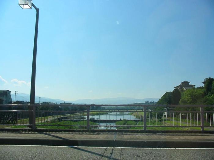 犀川はドライブしながら眺めることもできますが、河川敷をのんびりそぞろ歩くのもおすすめのめぐり方。「室生犀星記念館」を出発したら、まずは犀川に行ってみましょう。