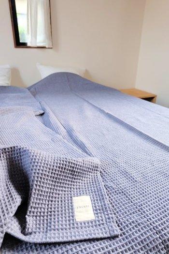 夏にもうひとつおすすめのリネンは、ワッフル素材です。ワッフル生地は、布が肌に触れる面積が少なくて暑くなりにくい特徴が。ブルー系の色を使うと、さらに涼やかな印象を与えるベッドルームを作ることができますよ。