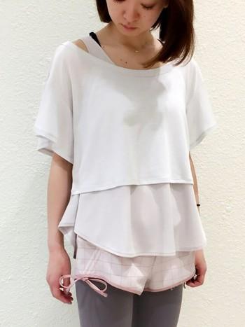 短い丈のTシャツに、長めのトップスを重ね、ボトムはショートパンツにレギンスをレイヤード。ホワイト系の淡い色味をグラデーション&丈感をレイヤードしてお洒落度UP!