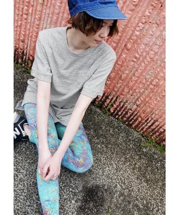 ビッグシルエットTシャツに爽やかな柄のレギンスを合わせて。もし外でヨガをするのであれば、デニム地の帽子をかぶって日差し対策もおしゃれに抜かりなく◎。