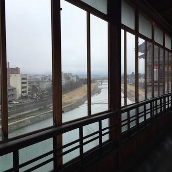 室内からも犀川を眺めることができます♪歴史を感じられる建物の中から眺める犀川は、また一味違った雰囲気を楽しめるでしょう。