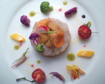 """お魚料理だったら、やっぱり女子に人気の""""カルパッチョ""""は外せません。シンプルな料理は盛り付け次第でかなり印象が変わります。季節に合わせたカラフルなお野菜を使って、インスタ映えメニューに大変身させちゃいましょう!"""
