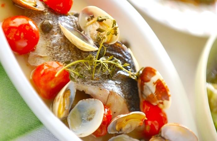"""温かいお魚料理だったら""""アクアパッツァ""""がおすすめ!見た目も華やかで、出来る女に見えちゃう料理。でも作り方は見た目より簡単。最近は、砂抜きのあさりも売っているので意外とお手軽に出来ちゃいますよ。"""