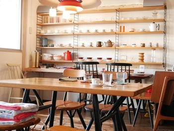 店内には、カップやお皿などの可愛らしい生活雑貨が並んでいます。どれもじっくり眺めたくなるデザイン。カフェが併設されていますので、休憩しながら選ぶこともできますよ。