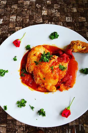 """次はお肉料理。もし圧力鍋を持っていたらオススメしたいお料理がこちら。下ごしらえを済ませた材料を入れて、火にかけるだけで出来ちゃう""""鳥ももの煮込み""""。赤いトマトソースにフレッシュなハーブをのせたら、こんなお洒落なメイン料理に早代わり。"""