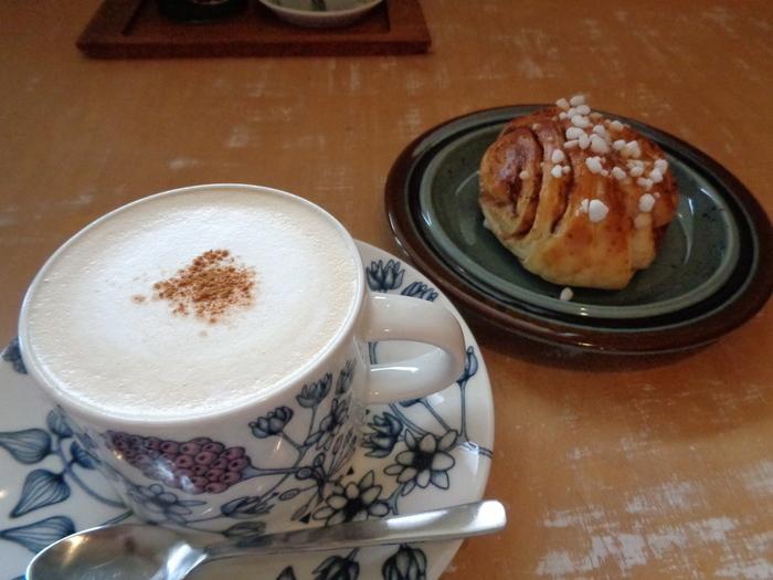 カフェでは、スウェーデンの紅茶やシナモンロールなども食べることができます。ほかにも手作りのスイーツがいろいろ♪カップやケーキ皿などにも注目してみてくださいね。