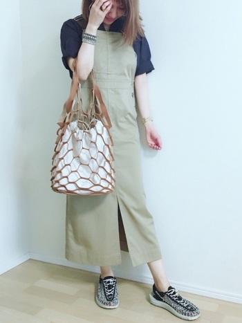 5分袖の開襟シャツにチノのジャンパースカートを組み合わせたコーデ。かっちりとした素材のスカートに開襟シャツを合わせることで、やわらかさもプラス。 差し色の白をバッグにうまく組み込むことで、華やかな印象に仕上げています。