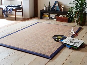 ひんやりとした竹のラグは和のイメージが強い素材ですが、縁にファブリックを使っているタイプだと洋室にもすんなり馴染んでくれます。