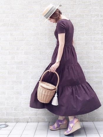 ワントーンのカラーワンピースは、小物と色を合わせるのが上級者♪サンダルや帽子、バックに同じトーンのカラーをチョイスしてみましょう。