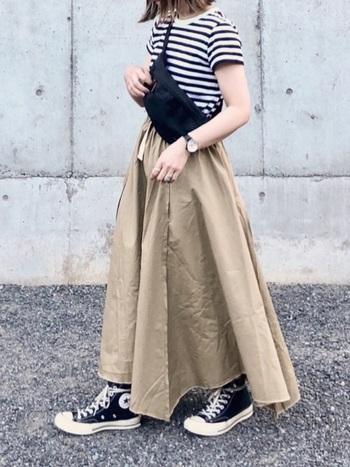 1つは持っておきたい「ベージュ」のマキシ丈スカート。白・黒・ベージュの3色でまとめたコーディネートは王道ですが、簡単におしゃれに見えるのでおすすめです♪